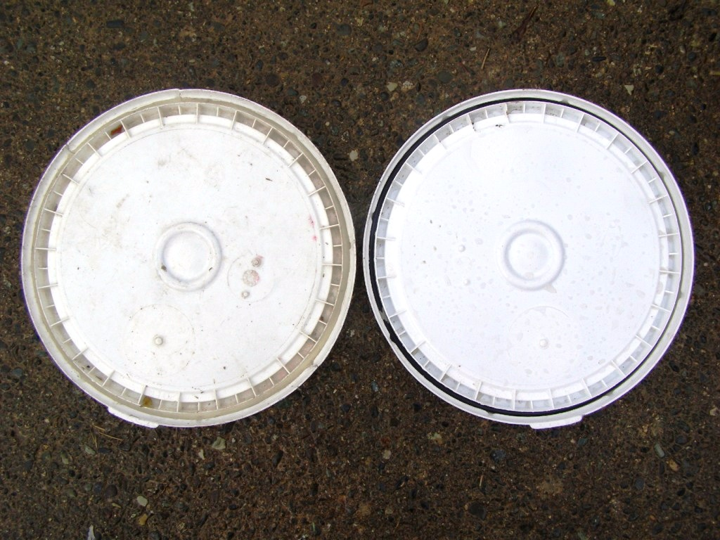 lids with and without rubber gaskets